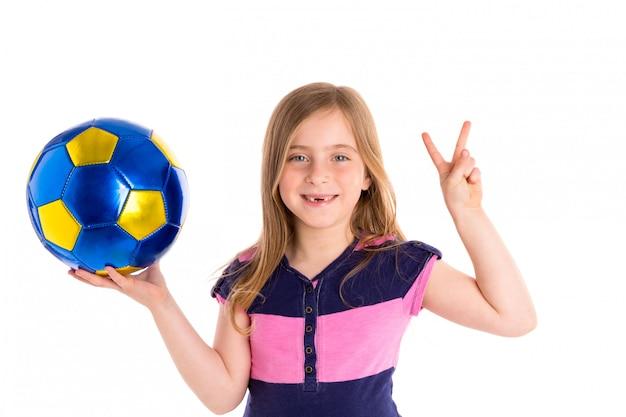 Glücklicher spieler des fußballfußballkindermädchens mit ball
