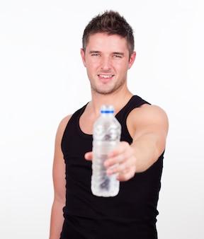 Glücklicher sportler, der wasserflasche hält