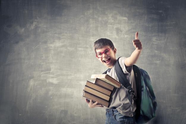 Glücklicher student mit büchern
