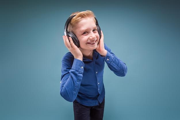 Glücklicher student mit kopfhörern hörend musik