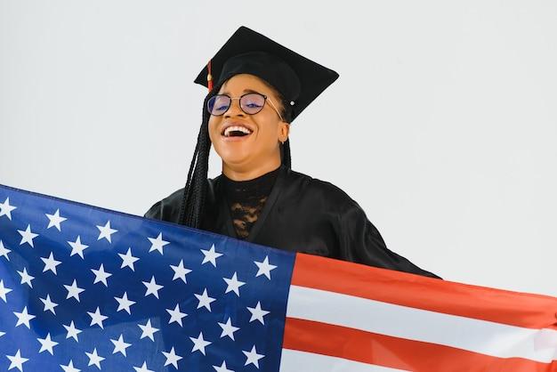 Glücklicher student mit usa-flaggenhintergrund. studieren in den usa konzeptionell