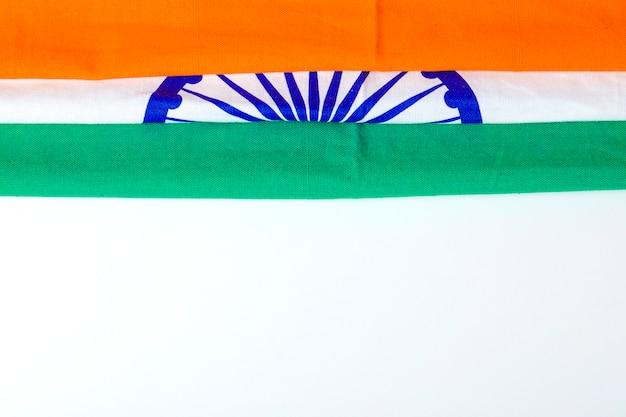 Glücklicher tag der republik indien, dreifarbige flagge über weißem hintergrund