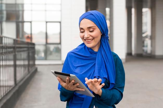 Glücklicher teenager, der auf ihrem tablett schaut