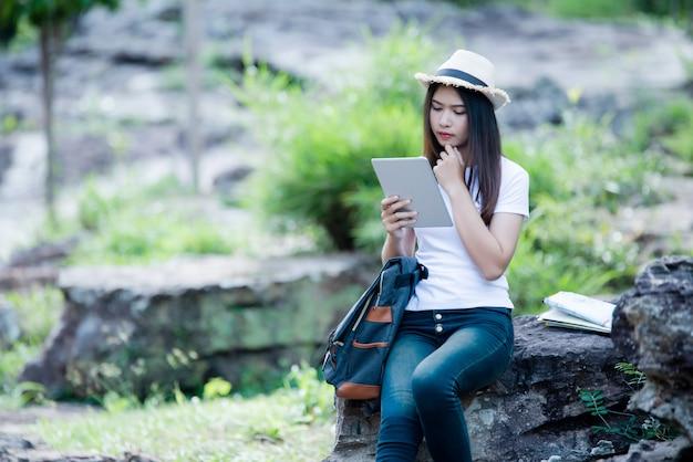 Glücklicher torist der lebensstilschönheit, zum in der wilden reise zu reisen, die während der ferien wandert.