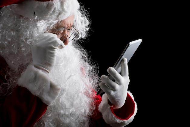 Glücklicher traditioneller weihnachtsmann getrennt auf hintergrund