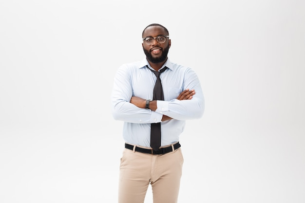 Glücklicher überzeugter junger afroamerikanergeschäftsmann, der im vertrauen lächelt