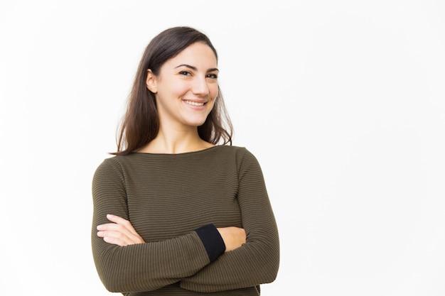 Glücklicher überzeugter weiblicher kunde, der für kamera aufwirft