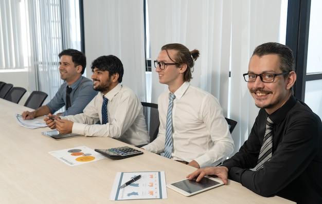 Glücklicher unternehmer, der an geschäftskonferenz teilnimmt.