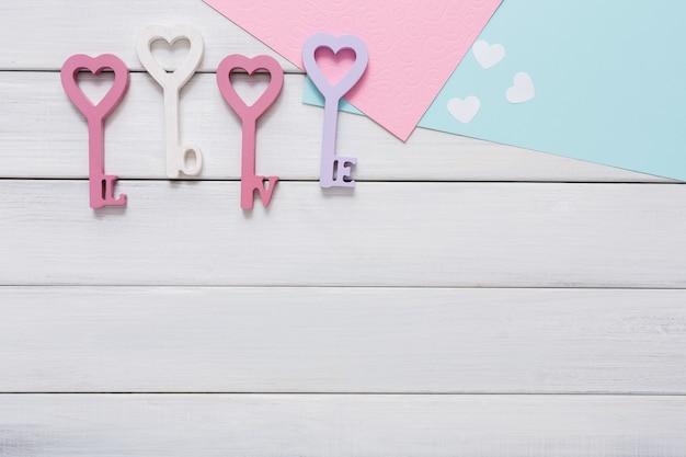 Glücklicher valentinstag mit herz in schlüsselform, grußkarten und papierbriefen