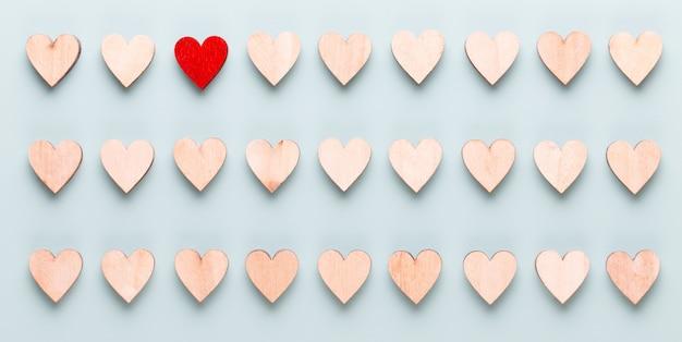 Glücklicher valentinstaghintergrund. mit kleinen herzen auf pastellhintergrund.