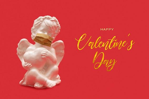Glücklicher valentinstagstext mit amor in der medizinischen maske auf rotem hintergrund