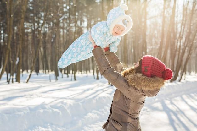 Glücklicher vater, der mit kleinem kindsohnjunge in der winternatur spielt