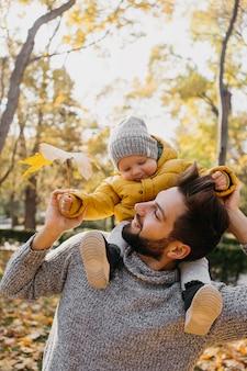 Glücklicher vater mit seinem baby im freien