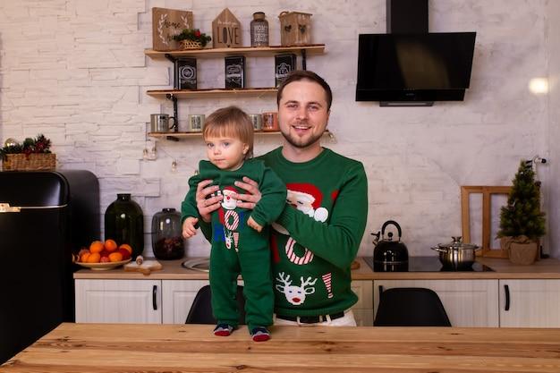 Glücklicher vater und kind junge in der küche