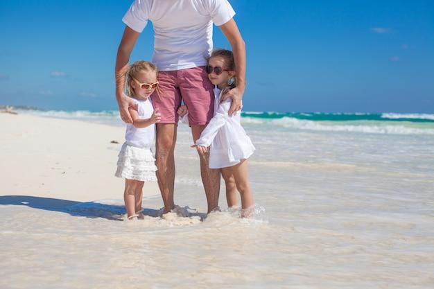 Glücklicher vater und seine entzückende kleine tochter am tropischen strand