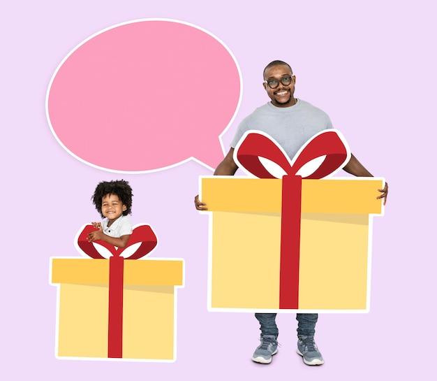 Glücklicher vater und sohn, die geschenkboxen hält