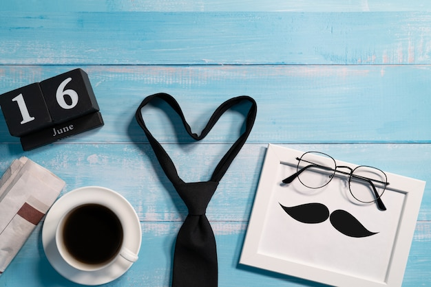 Glücklicher vatertag, krawatte mit einem tasse kaffee und brillen