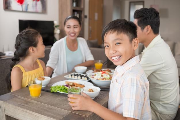 Glücklicher vietnamesischer junge