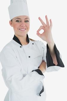 Glücklicher weiblicher chef, der okayzeichen gestikuliert