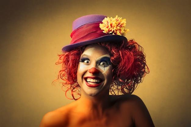 Glücklicher weiblicher clown