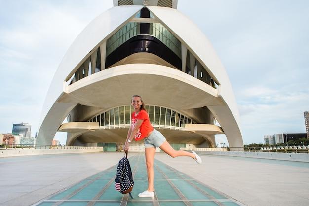 Glücklicher weiblicher tourist in der stadt von künsten und von wissenschaften in valencia