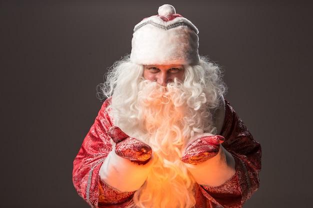 Glücklicher weihnachtsmann, der kamera betrachtet