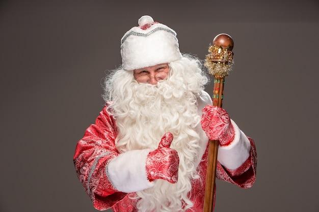 Glücklicher weihnachtsmann in den brillen mit personal auf dunklem hintergrund