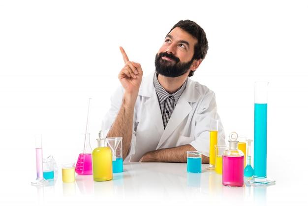 Glücklicher wissenschaftler, der denkt