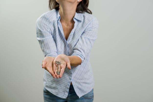 Glücklicher wohnungseigentümer oder mieter, die schlüssel zeigen