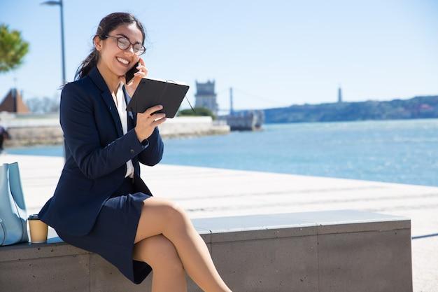 Glücklicher zufriedener unternehmensberater, der mit kunden spricht