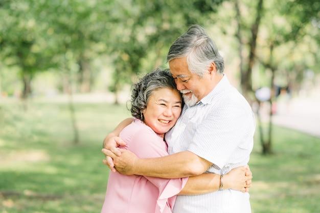Glückliches älteres asiatisches paar, das sich gegenseitig hält