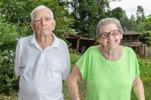 Glückliches älteres landwirtlächeln