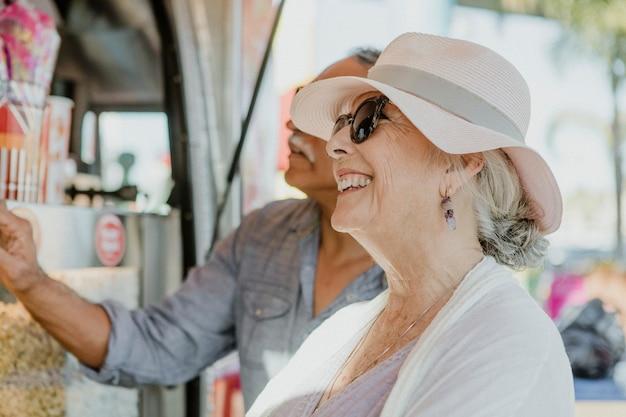 Glückliches älteres paar, das ihren urlaub genießt