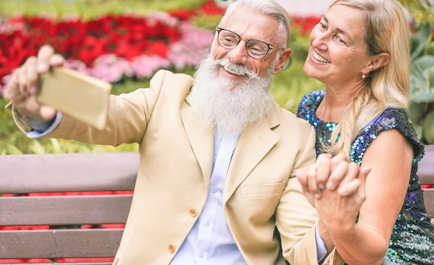 Glückliches älteres paar, das spaß hat, selfie-geschichte mit smartphone zu machen
