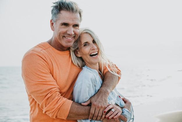 Glückliches älteres paar, das zeit am strand verbringt. konzepte über liebe, dienstalter und menschen