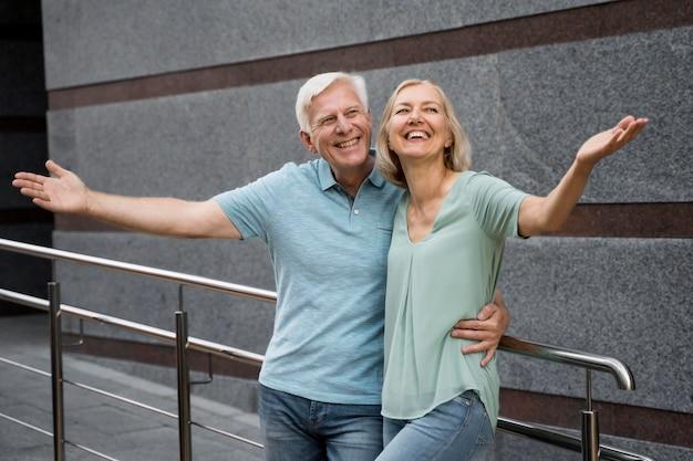 Glückliches älteres paar, das zusammen draußen aufwirft