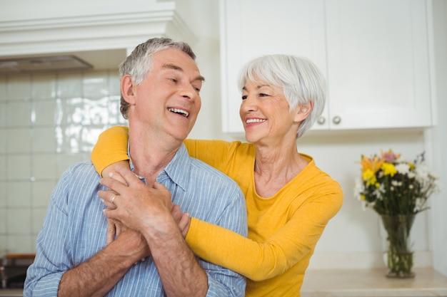 Glückliches älteres paar in der küche