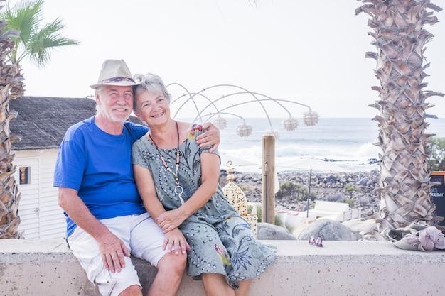 Glückliches älteres paar lachend umarmt an einem sommertag. konzept von urlaub, entspannung, erholung.