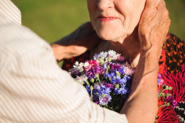 Glückliches älteres paar verliebt