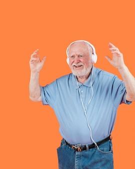 Glückliches älteres tanzen der vorderansicht