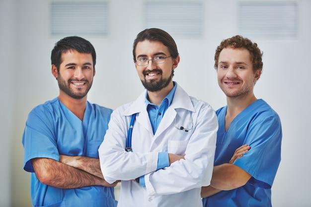 Glückliches ärzteteam im krankenhaus