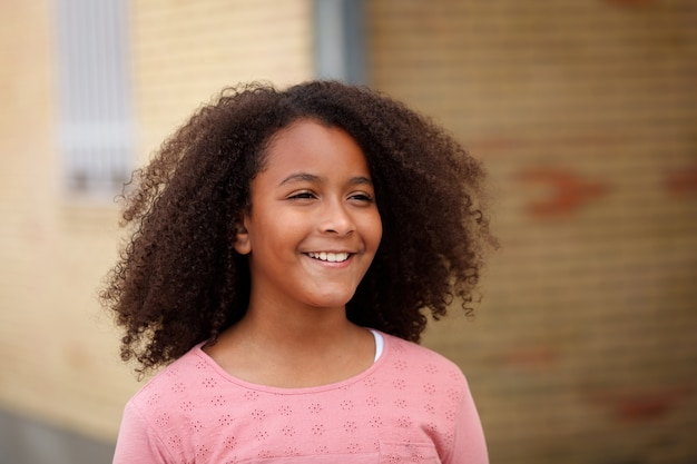Glückliches afroamerikanermädchen mit dem afrohaar