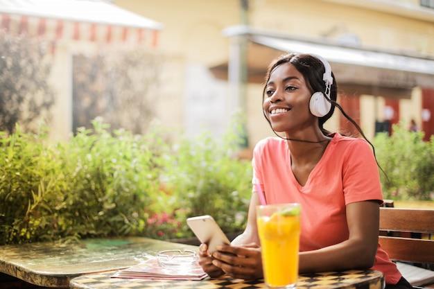 Glückliches afromädchen, das einen sonnigen nachmittag genießt