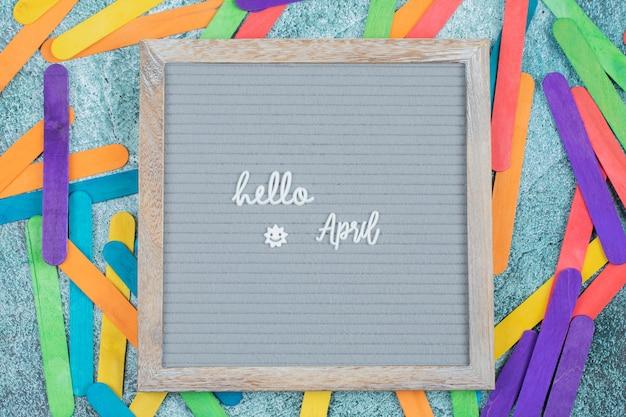 Glückliches aprilplakat mit bunten aufklebern herum