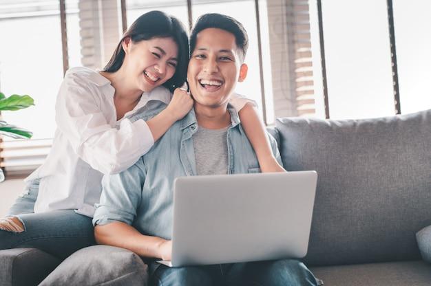 Glückliches asiatisches paar, das eine gute zeit zu hause hat