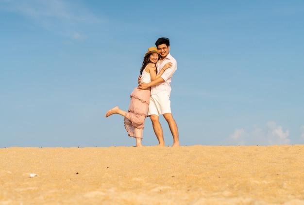 Glückliches asiatisches paar verliebt in blauen himmel