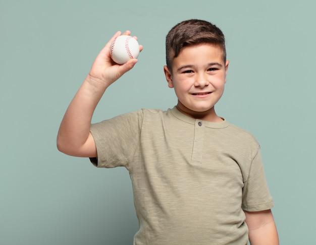 Glückliches ausdrucksbaseballkonzept des kleinen jungen