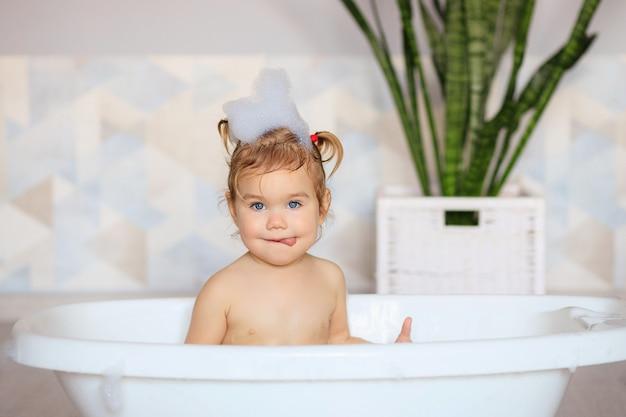 Glückliches baby badet im badezimmer