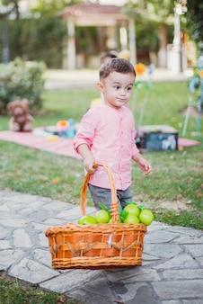 Glückliches baby, das im garten an einem sonnigen tag spielt