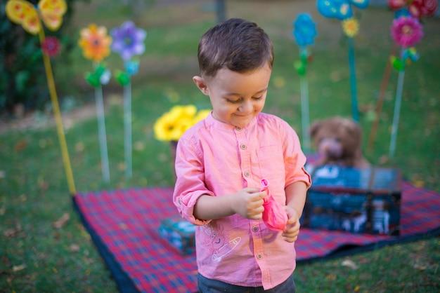 Glückliches baby im garten an einem sonnigen tag.